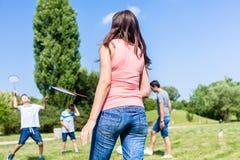 Мать и сын играя бадминтон в парке в лете Стоковые Изображения RF