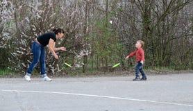Мать и сын играя бадминтон Стоковое Изображение