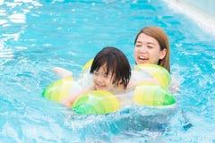 Мать и сын играя в бассейне Стоковое Изображение