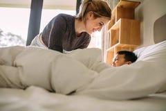 Мать и сын играя совместно на кровати стоковые фото