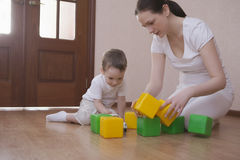 Мать и сын играя с кубами дома стоковая фотография rf