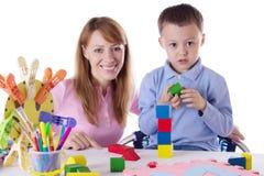 Мать и сын играя с кубами Стоковое фото RF