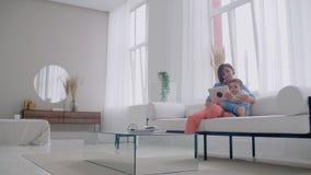 Мать и сын играя с цифровым планшетом дома Молодая мать с ее 5 летами старый усмехаться с цифровым планшетом на видеоматериал