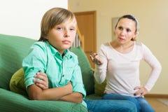 Мать и сын имея ссору Стоковая Фотография