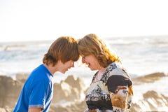 Мать и сын наслаждаются солнцем после полудня Стоковая Фотография