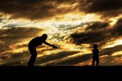 Мать и сын на заходе солнца стоковое фото rf