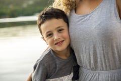 Мать и сын на летний день пристани теплый имея полезного время работы стоковые фото