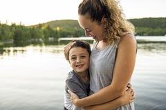 Мать и сын на летний день пристани теплый имея полезного время работы стоковые фотографии rf