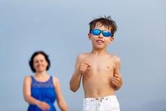 Мать и сын на тропическом пляже стоковое фото rf