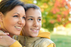 Мать и сын обнимая outdoors Стоковые Изображения