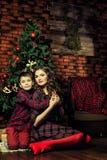 Мать и сын около рождественской елки Стоковое Фото