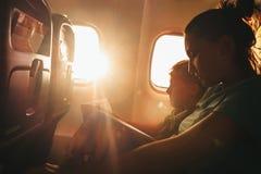 Мать и сын прочитали книги во время мухы Стоковые Фотографии RF