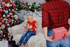 Мать и сын с подарками около рождественской елки дома скрепляет болтами гайки семьи принципиальной схемы состава стоковая фотография rf
