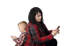 Мать и сын с сотовыми телефонами Стоковое Изображение RF
