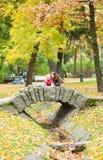 Мать и дочь на красивейшем мосте Стоковое Изображение