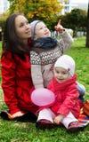 Мать и 2 симпатичных дет Стоковые Изображения RF