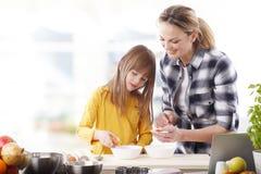 Мать и daugther печь совместно Стоковая Фотография