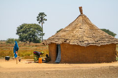 Мать и dother перед их домом в Сенегале, Африке Стоковое Фото