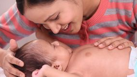 Мать и newborn влюбленность младенца акции видеоматериалы