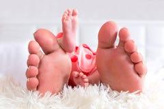 Мать и newborn ноги младенца Стоковые Изображения RF