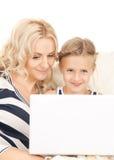 мать компьтер-книжки компьютера ребенка счастливая Стоковое Фото