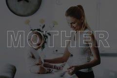 Мать кормить маленькую дочь стоковые фотографии rf