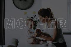 Мать кормить маленькую дочь стоковые фото