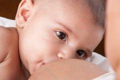 Мать кормит младенца грудью Стоковая Фотография RF