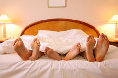 мать лож отца ребенка кровати Стоковые Фото