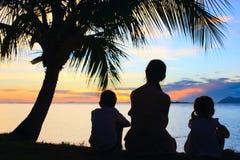 мать малышей silhouettes 2 Стоковые Изображения RF