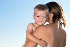 мать мальчика обнимая Стоковые Изображения