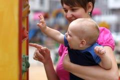 мать мальчика счастливая Стоковые Изображения RF