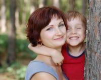 мать мальчика счастливая Стоковые Изображения