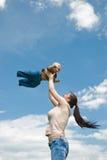 мать младенца играя небо Стоковое фото RF