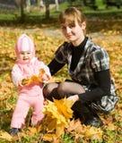 мать младенца маленькая напольная Стоковое Изображение