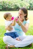 мать младенца подавая стоковое изображение rf