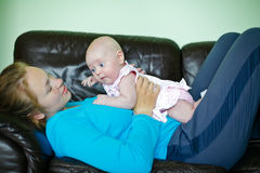 мать младенца лежа Стоковые Фотографии RF