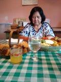Мать молит стоковые изображения rf