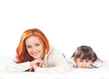 Мать и дочь на белой предпосылке стоковое изображение rf