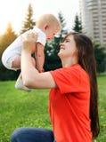 мать младенца напольная Стоковые Фото
