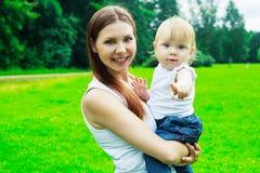 мать младенца напольная Стоковые Изображения