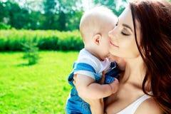 мать младенца напольная Стоковые Фотографии RF