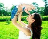 мать младенца напольная Стоковая Фотография