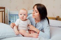 мать младенца семья счастливая Мама с ее ребенком Стоковые Изображения RF