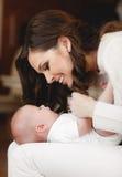 мать младенца счастливая newborn Стоковая Фотография
