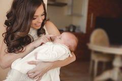 мать младенца счастливая newborn Стоковое Изображение