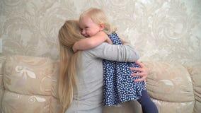 Мать нежно обнимает ее милую маленькую дочь сток-видео
