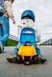 Мать носит ее сына сидя в автомобиле Стоковая Фотография