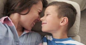 Мать нюхая с ее сыном дома сток-видео
