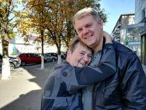 Мать обнимает взрослого сына стоковое фото rf